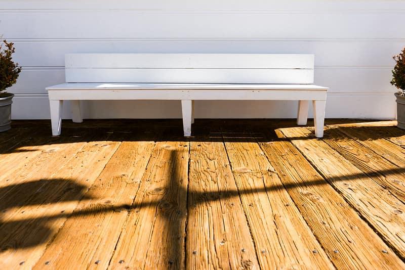 ספסל עץ לבן